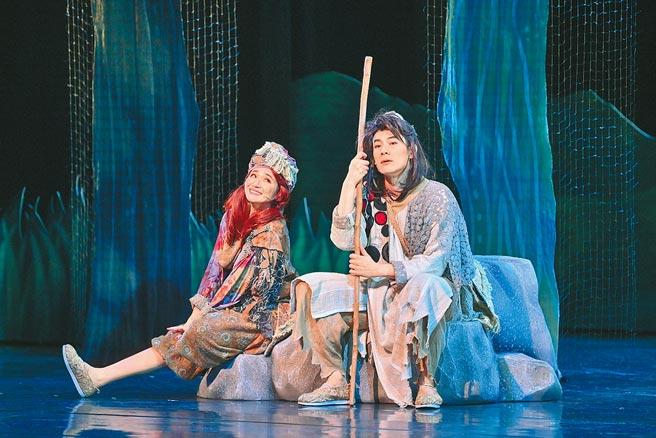 施易男(右)、羅美玲在《大寶神珠》一起冒險犯難。(夢蓮花文藝基金會提供)