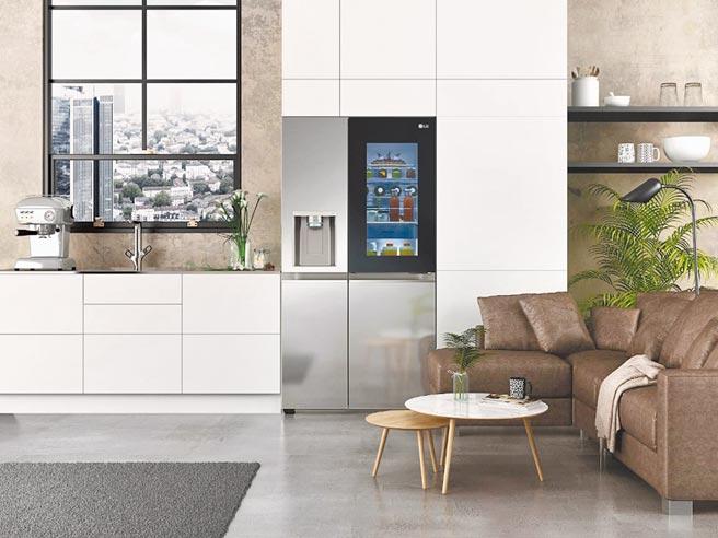 LG在今年CES上推出全新InstaView敲敲看門中門冰箱,搭載大型有色玻璃面板,還有UVnano安心飲用技術及語音操控等功能。(LG提供)