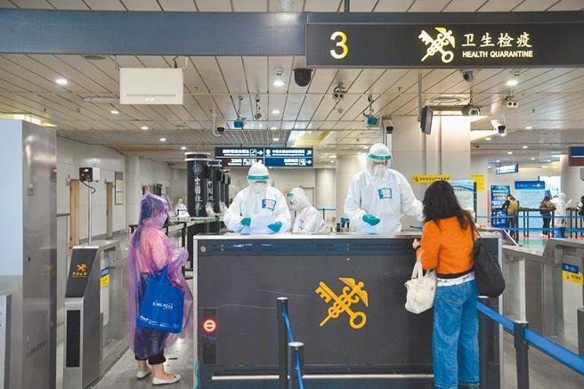 成都海關工作人員在成都雙流國際機場對入境人員進行調查。(中新社資料照片)
