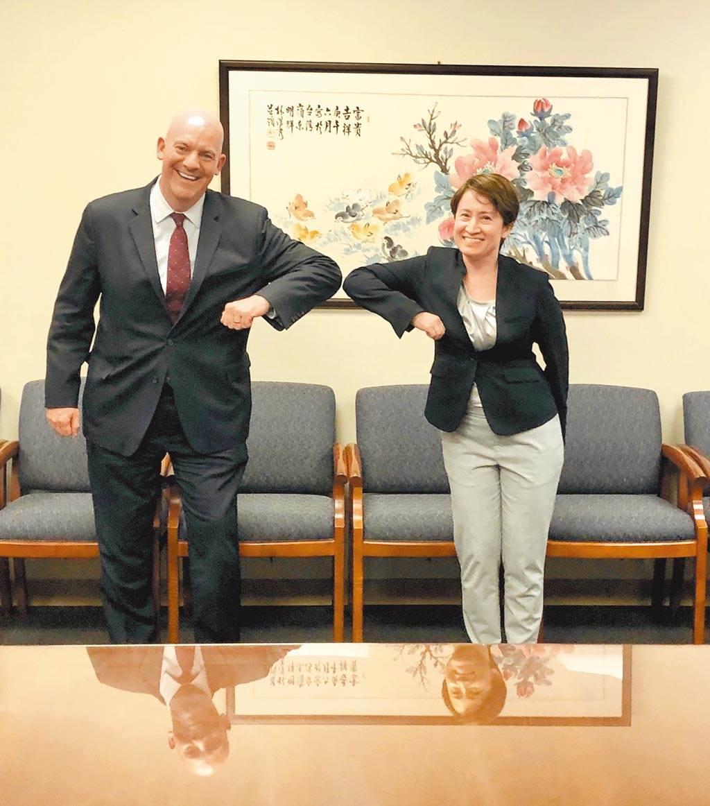 去年8月13日,美國國務院政軍局助理國務卿庫伯(Clarke Cooper)(左)透過推特分享與駐美代表蕭美琴會晤合照。雙方以「互碰手肘」方式打招呼。(摘自Cooper推特)
