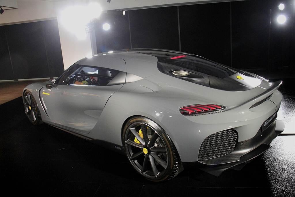 全新Koenigsegg Gemera做為引領級距的先鋒,仍與所有Koenigsegg的頂尖超跑具有緊密連結與設計語彙:啟發自戰鬥機艙的圓弧形前擋風玻璃、簡潔的線條、較短的前懸比例,以及大尺寸的側進氣口。而車頭的設計源自於Koenigsegg第一部概念車—1996年誕生的Koenigsegg CC。