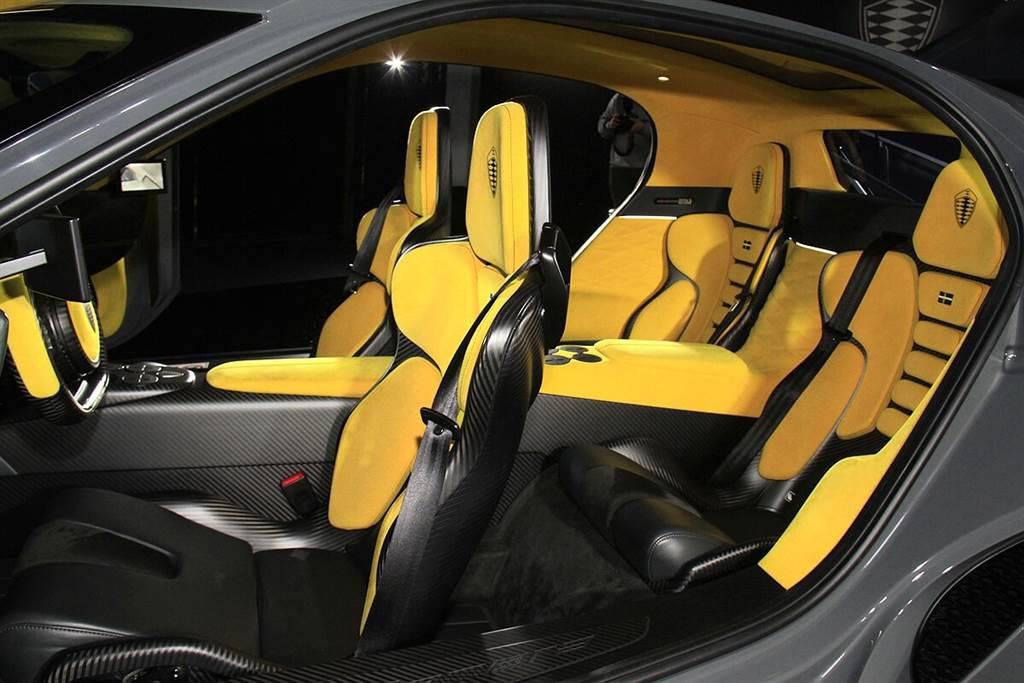 全碳纖維打造的單艙車體主結構使前後軸間抗扭曲剛性高達40,000 Nm,讓Gemera可以不用有B柱的設計,而這讓Koenigsegg招牌的KATSAD平移式旋轉車門(Koenigsegg Automated Twisted Synchrohelix Actuation Doors)得以配置,而這也使得無須改變座椅前後位置,即可便利地進出車室。