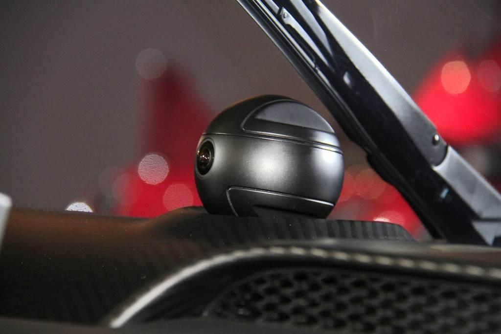 中控檯中央配有一顆像是星際大戰絕地武士練功原力球的裝置,這顆球附有攝影鏡頭,具備人臉辨識防盜與個人化預調整功能,當拿著鑰匙靠近時,會自動轉向對應方位執行人臉辨識。