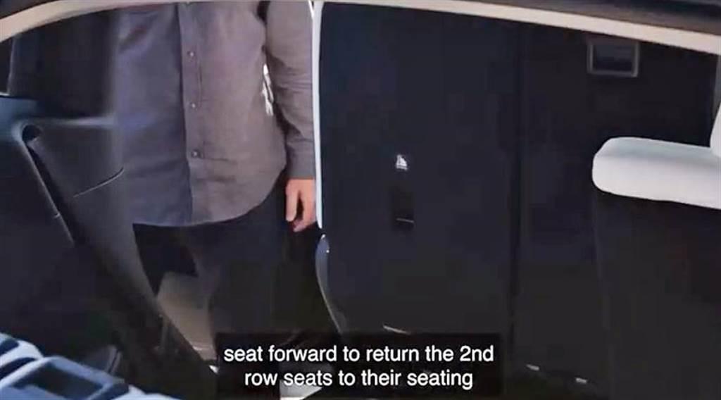 接著把座椅往前推就可創造進出第三排的空間。