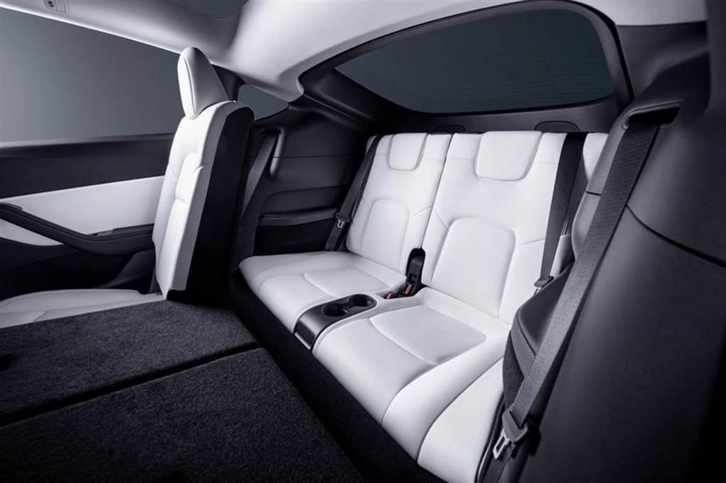 特斯拉官方最新的 Model Y 第三排座椅宣傳圖片,乘坐空間看來實在是不怎麼寬敞。