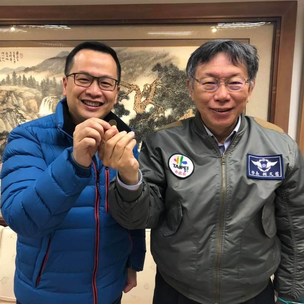 台北市長柯文哲(右)贊助「反萊豬公車」,言而有信讓市議員羅智強(左)按讚。(摘自羅智強臉書)