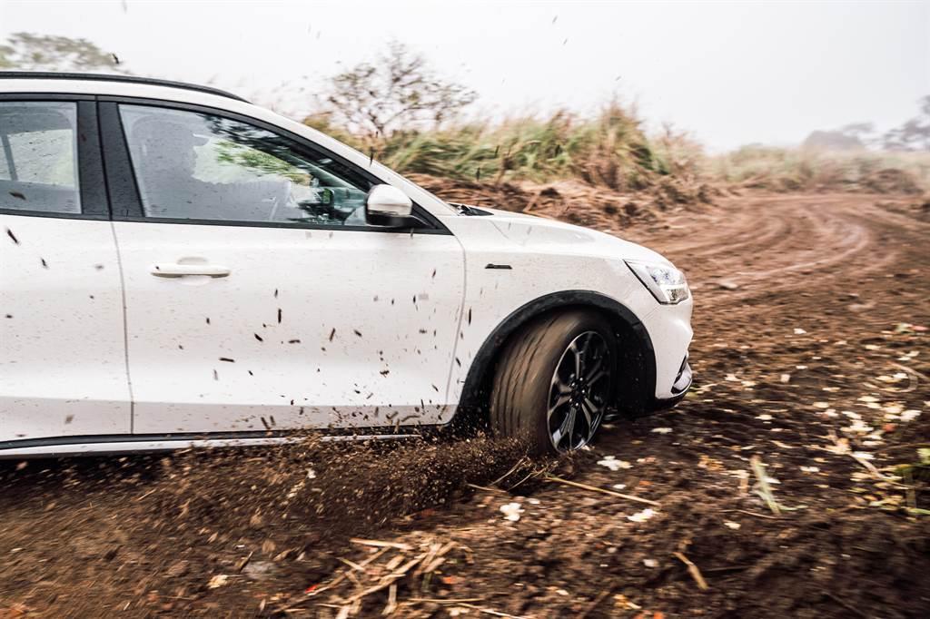 在泥濘道路上,依然能保有循跡性。