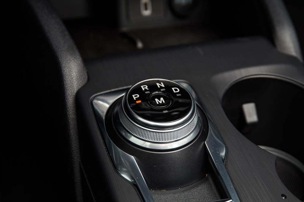 變速箱搭配SelectShift 8速手自排,並採用在同級中少見的電子旋鈕設計。
