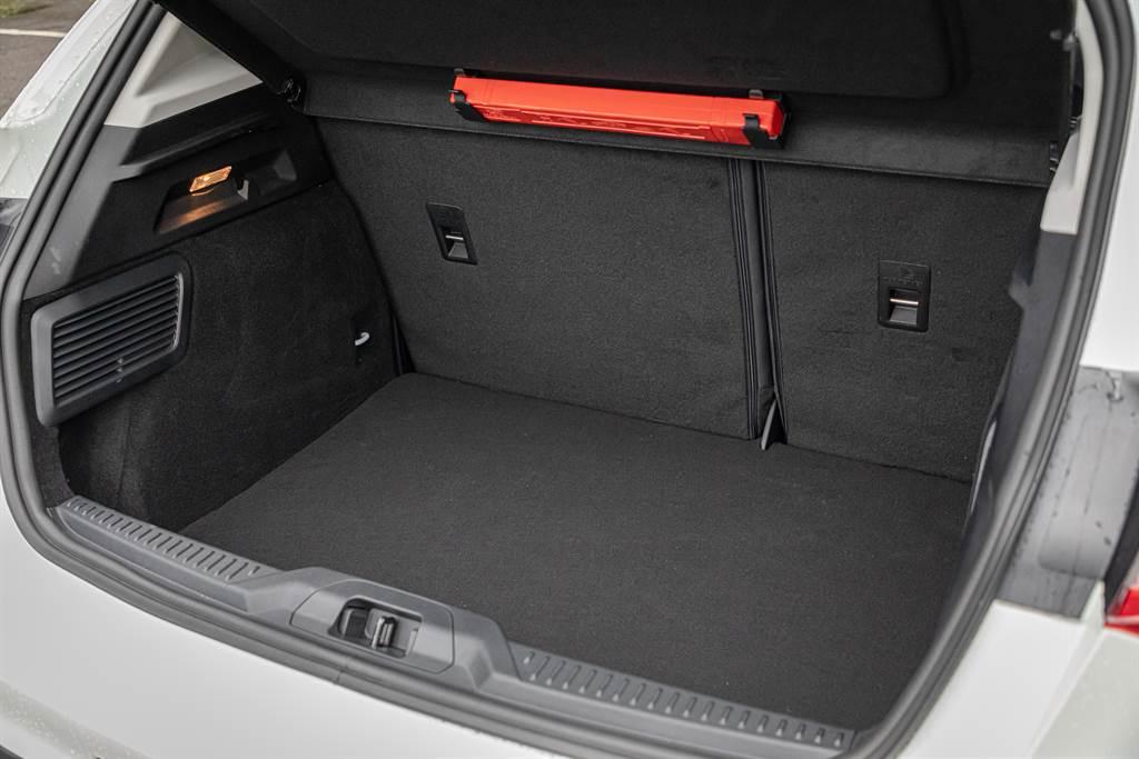 任性版車型的行李廂空間部分被B&O音響的重低音單體佔據,容積僅375升。
