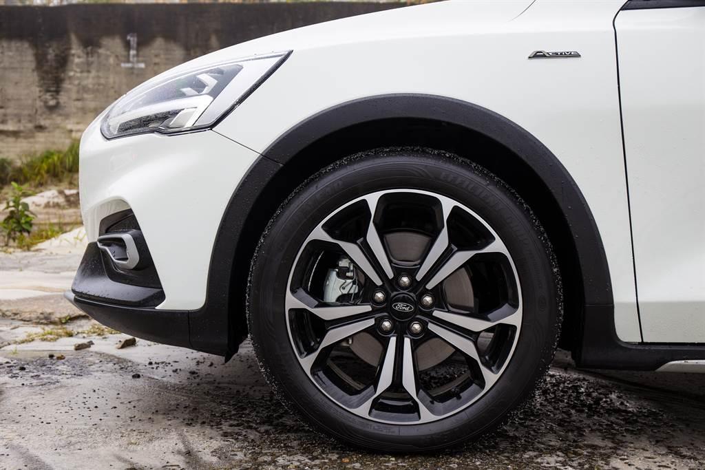 Focus Active除了擁有專屬的18吋輪圈,原廠配胎也同樣講究,採用215/50R18之Goodyear EFFICIENTGRIP PERFORMANCE輪胎,在性能與舒適間取得平衡。