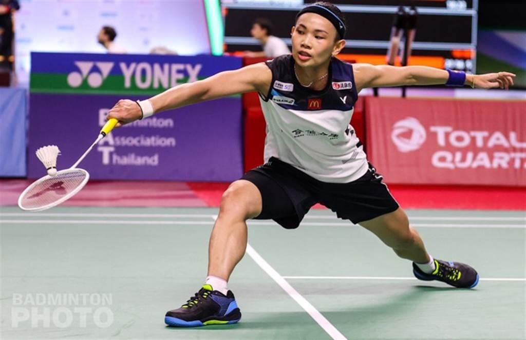 戴資穎奮力回擊對手來球。(Badminton Photo提供)