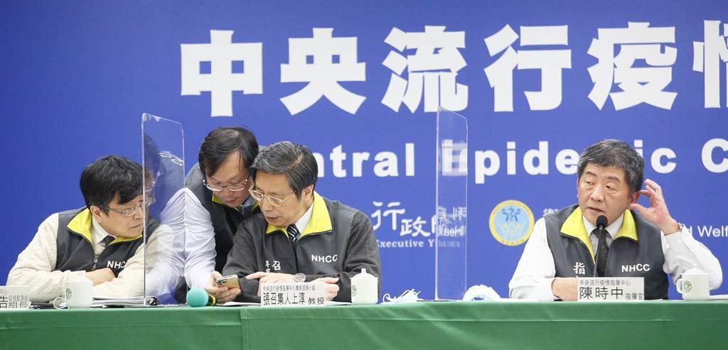 台灣傳出首起醫師院內染疫,指揮中心午間記者會也全員出動,不斷討論。(圖/張鎧乙攝)