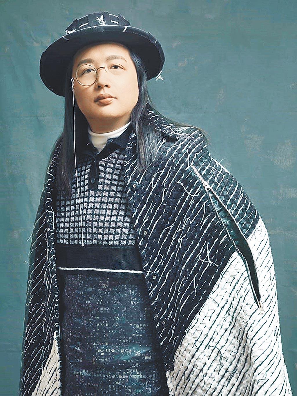 行政院政務委員唐鳳身著由仁美商標研發生產的緹花布料,織工精細,充分展現臺灣優秀的紡織實力以及設計能量。圖/業者提供