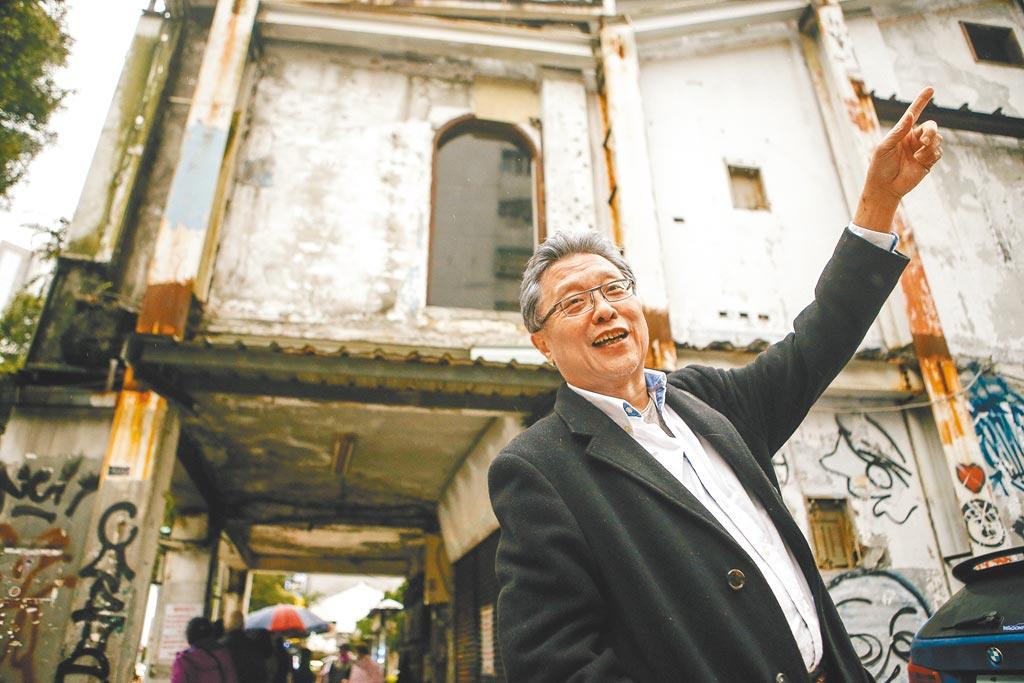 老台北人、作家張大春,在養和堂蔘藥號前細數前塵往事,藥房的樓上曾是知名台式居酒屋「攤」。(鄧博仁攝)