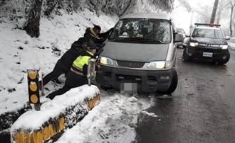 民眾太平山賞雪受困 員警協助解圍雪中送暖