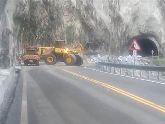 花蓮台8線錐麓隧道落石崩落 道路中斷搶修中