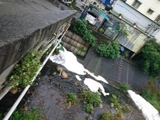 五股廢水排河流冒大量白泡 環保局抓到排廢廠商了