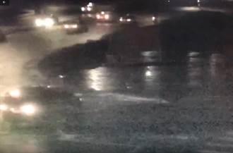 汽車暗夜開進北門廣場 警:已寄出罰單