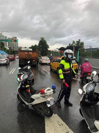 天冷仍維護交通安全 淡水警執行路口大執法