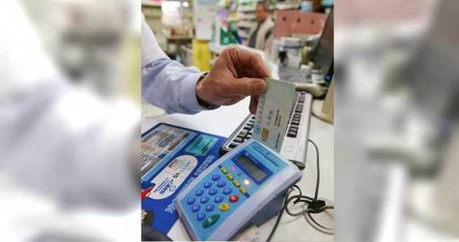 健保資料庫中蒐集了大量的個人資料,包括用健保卡購買實名制口罩的足跡也會留下紀錄。(圖/報系資料照)