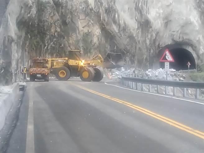 中橫公路台8線174k+920、錐麓隧道東口附近,出現大量落石,現場相當危險,警方拉大封鎖線。(新城警分局提供、王志偉花蓮傳真)