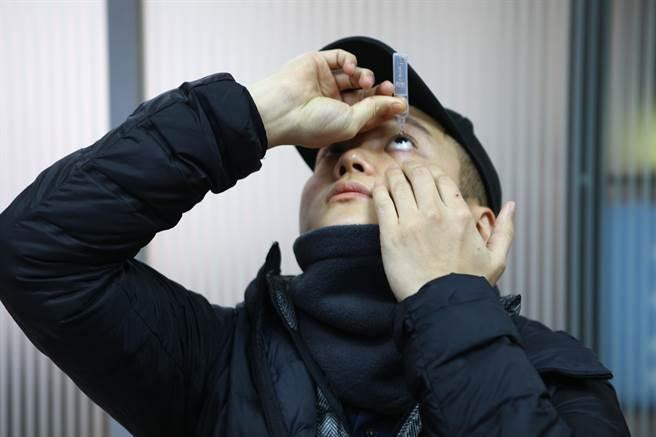 台北市大安區臥龍里長邱奕承遭錢櫃服務員誤把酒精當額溫槍,朝臉部噴3、4下,造成糜爛性角膜炎,現在每天都要點好幾次人工淚液。(張立勳攝)