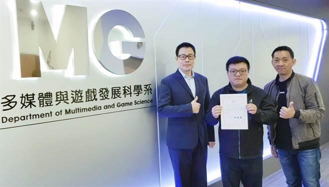 龍華科大遊戲系碩士研究生林宏霖(右2),榮獲2020數位媒體設計研討會優良論文肯定。(龍華科大提供/李侑珊台北傳真)