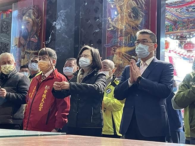 內政部長徐國勇今陪同總統蔡英文到三峽紫微天后宮參拜,他表示,行政院長蘇貞昌昨已指示暫緩施行新式數位身分證。(記者蔡雯如攝)