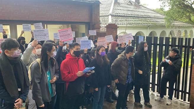 圖為真理大學50多位學生冒低溫聲援張良澤。(資料照 戴上容攝)