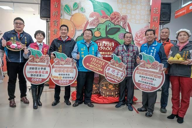 寶山鄉公所23日將在深井茶花園區舉辦茶花暨柑橘產業文化展售活動,鄉長邱坤桶(中左)歡迎大家「入寶山不空手而回」。(羅浚濱攝)