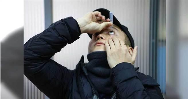 台北市大安區臥龍里長邱奕承遭錢櫃服務員誤把酒精當額溫槍,朝臉部噴3、4下,造成糜爛性角膜炎,現在每天都要點好幾次人工淚液。(圖/張立勳攝)