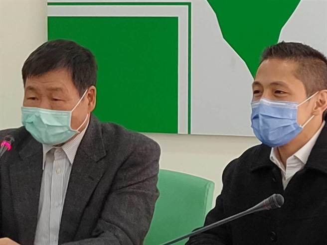 將接任民進黨台北市黨部主委的吳怡農(右)12日前往市黨部拜會,盼大家投票給予鼓勵和支持。(張立勳攝)