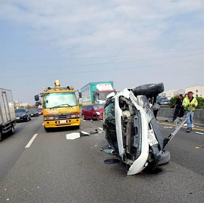 國道中山高麻豆段下午發生連環車禍,最前方的轎車失控翻覆,車上駕駛乘客2人送醫,沒有生命危險。(讀者提供/莊曜聰台南傳真)