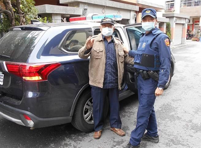 員警擔心路倒的94歲徐翁安危,陪同他前往大里戶政事務所辦事後,還驅車送他回家,讓徐翁很感謝。(霧峰分局提供/黃國峰台中傳真)