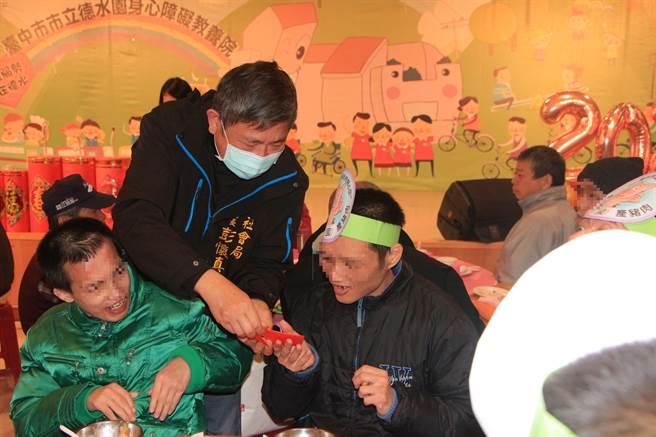 台中市社會局長彭懷真致贈春節小紅包,祝賀德水園身障住民新年快樂。(王文吉攝)