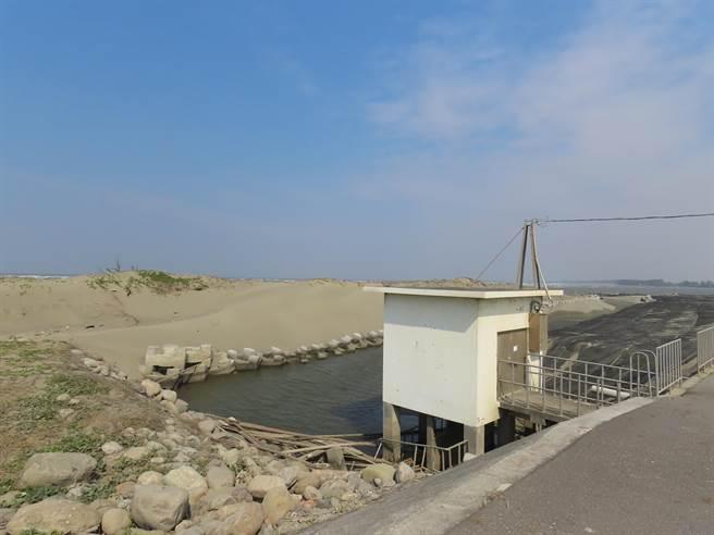 第五河川局設置維護水路暢通的土堤,並放置消波塊保護水門,讓漁民能安心養殖,而清理的沙子則悉數運往北側的突堤補充沙洲。(莊曜聰攝)