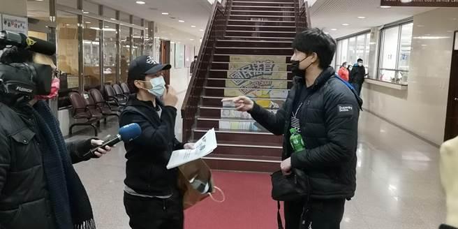 議員之子楊澤祖(右)因竊盜案赴台北地院開庭,庭後在法院與前東家蕭姓男子(左)起爭執。(黃捷攝)