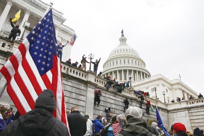 支持川普的暴力示威者衝進了華盛頓的國會大廈。圖/路透