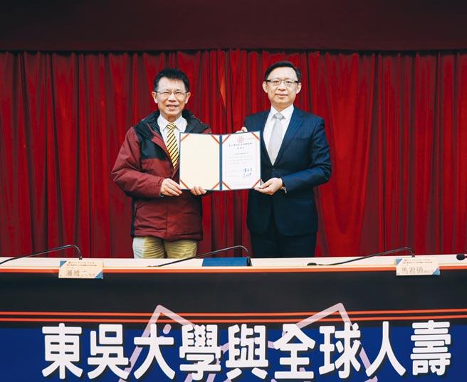 全球人壽總經理馬君碩(右)與東吳大學校長潘維大(左)簽署捐贈暨合作備忘錄。圖/全球人壽提供