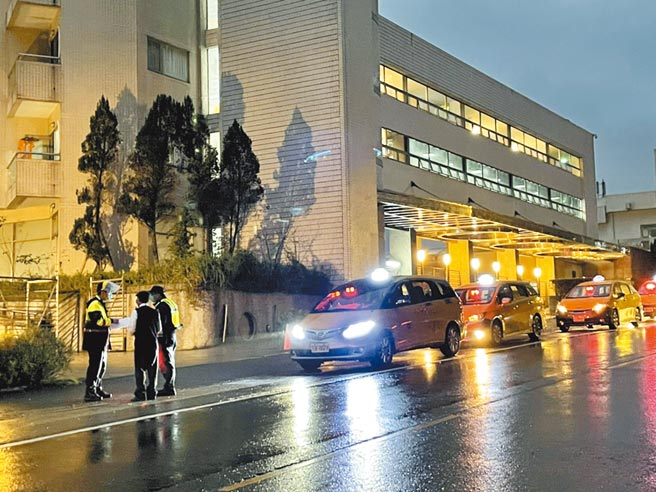去年底英國專機包機返台,在11日凌晨0時隔離期滿後,所有人員上午陸續搭車離開烏來檢疫所,警方對於進出車輛仔細比對車號,再三確認後才肯放行。(李俊淇攝)