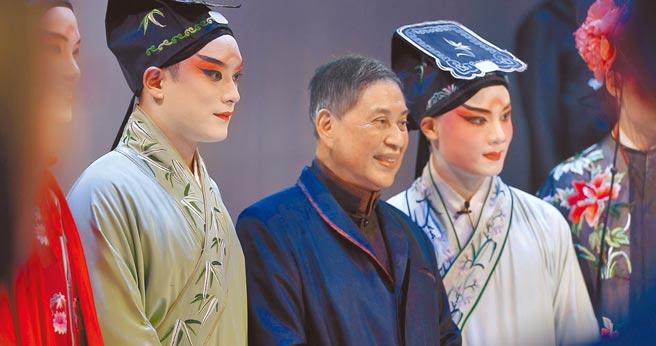 作家白先勇(中)10歲在上海看了名角梅蘭芳和俞振飛演出,永生難忘,自此在他心中播下崑曲種子。(藝碩文創提供)