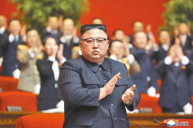 北韓領導人金正恩在黨代會後,正式從國務委員長職銜換成勞動黨秘書長。(美聯社)