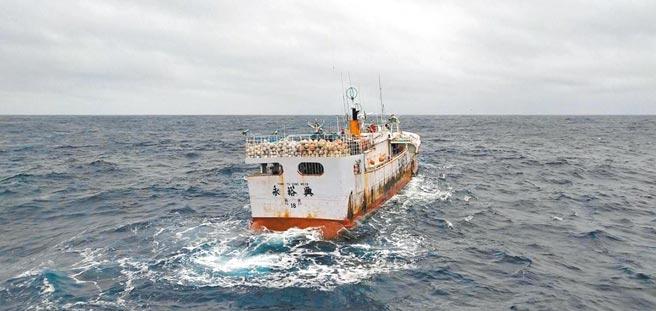 失聯13天的宜蘭蘇澳籍漁船永裕興18號,11日被連鴻67號漁船尋獲。(讀者提供)