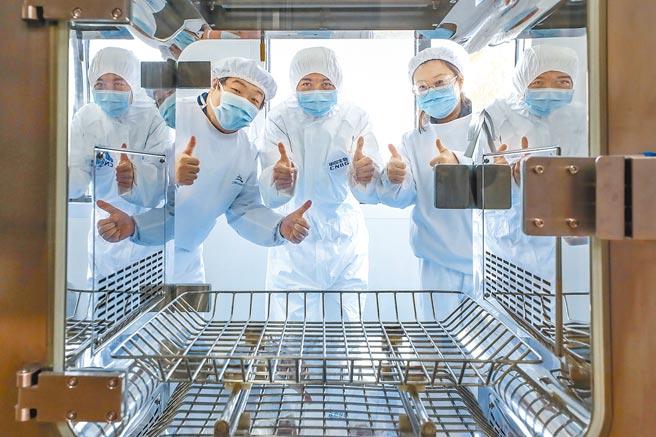 大陸首個新冠病毒疫苗附條件上市,為全球戰勝疫情注入信心。(新華社)