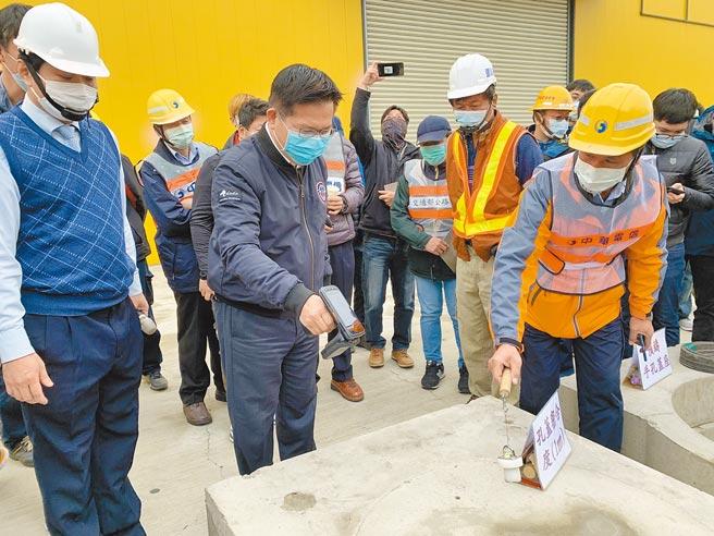 交通部長林佳龍(左二)視察「微創施工孔蓋啟閉創新工法」,特別拿起機器確認孔蓋位置及其管線單位等資訊。(林欣儀攝)