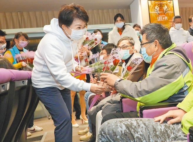 台中市長盧秀燕11日分送玫瑰花,向日夜守護道路的燙平英雄及其家屬表達感謝。(盧金足攝)