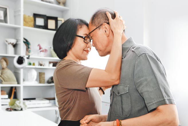 楊惠姍(左)與張毅相伴超過40年,夫妻鶼鰈情深。(琉璃工房提供)