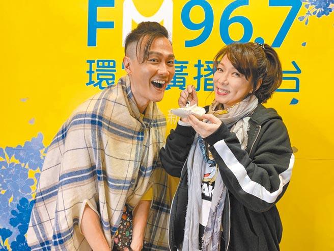 趙詠華(右)貼心為林俊逸慶生。(FGC遠雄創藝提供)
