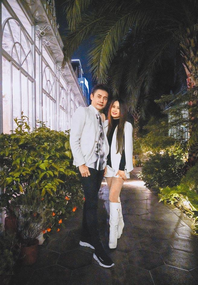 包偉銘(左)和老婆劉依純開心兒子即將邁入人生下一階段。(包庭政提供)