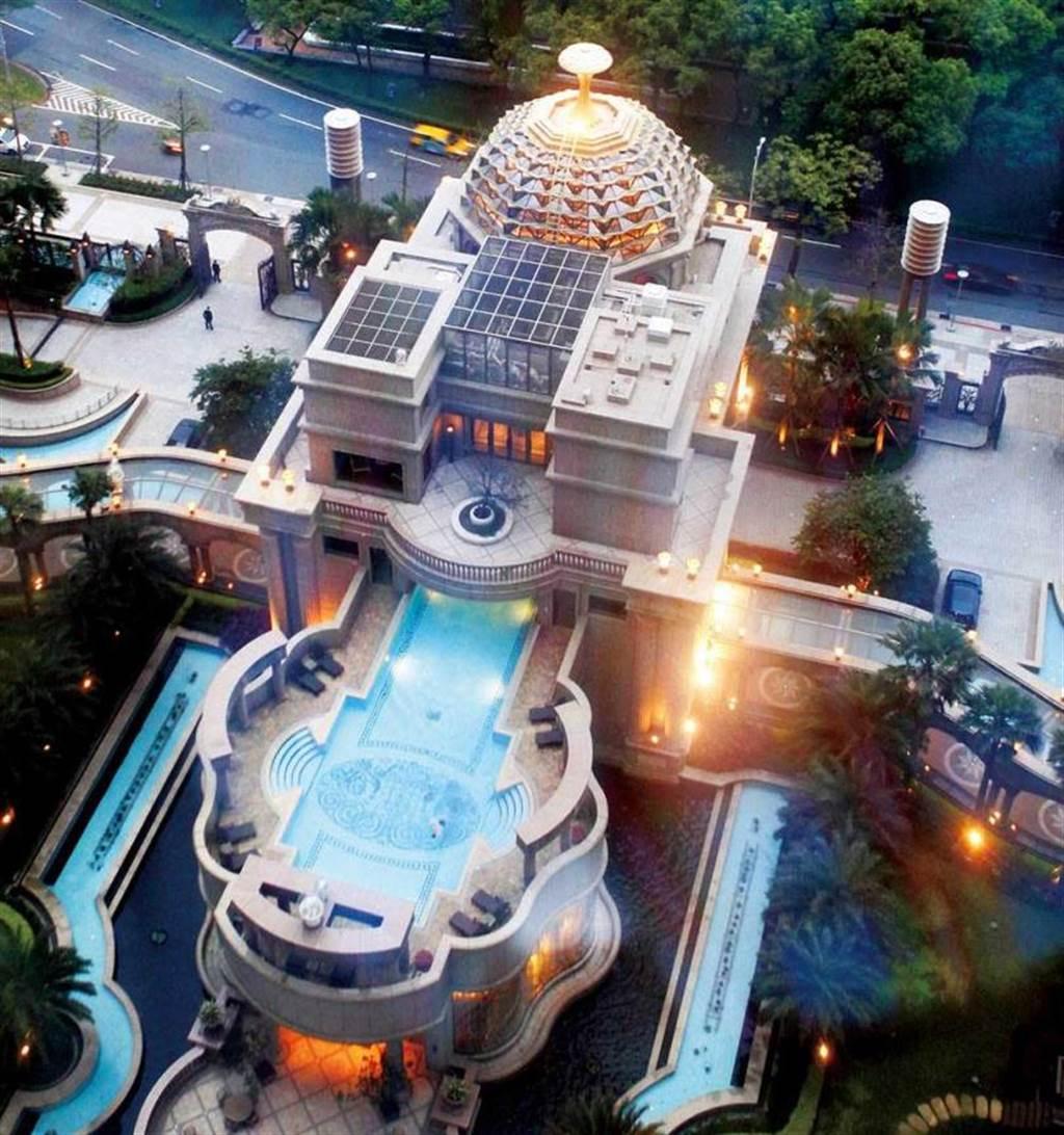 「宏盛帝寶」大門類圓頂造型建物為3層樓豪華俱樂部,2樓有溫水游泳池;雖為中古豪宅,卻不失豪華氣派。(圖/報系資料庫)